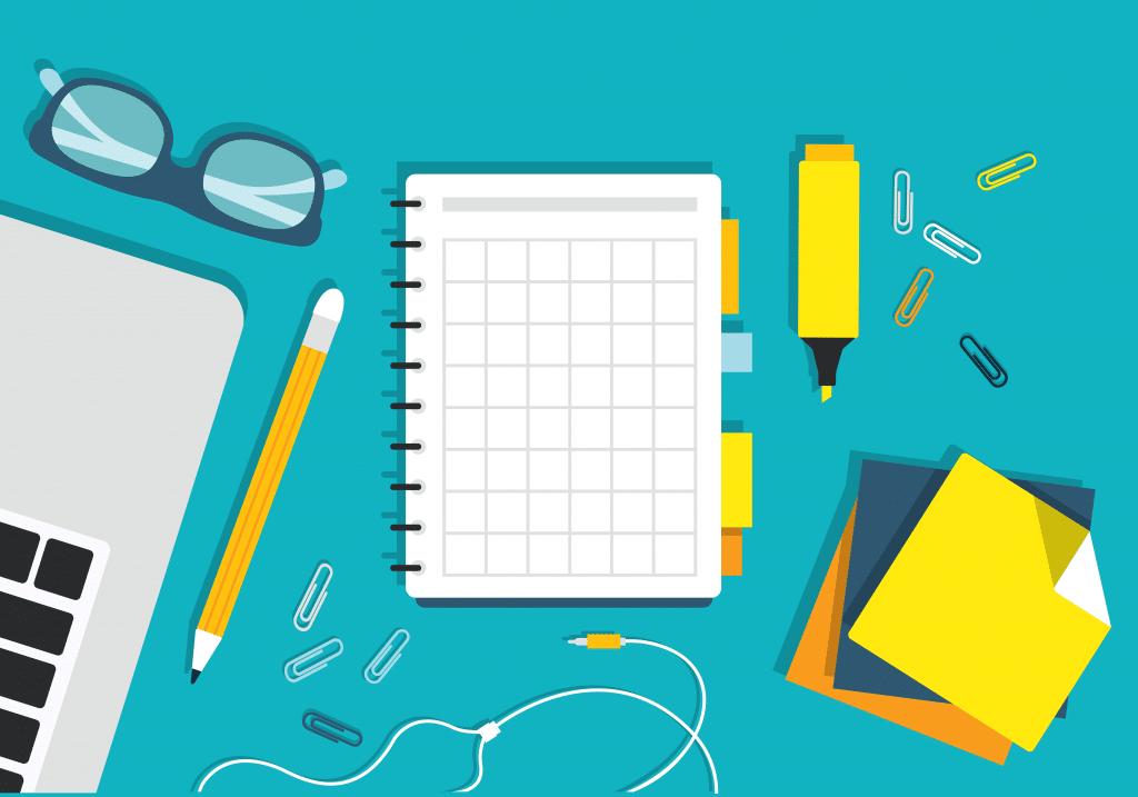 Post its, cadernos, marca-textos, lápis e materiais de revisão para o ENEM sobre uma superfície.