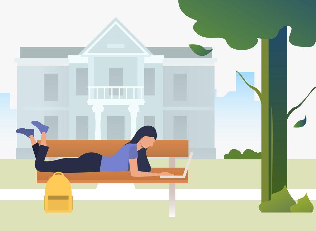 Garota deitada em um banco de praça estudando online em laptop.