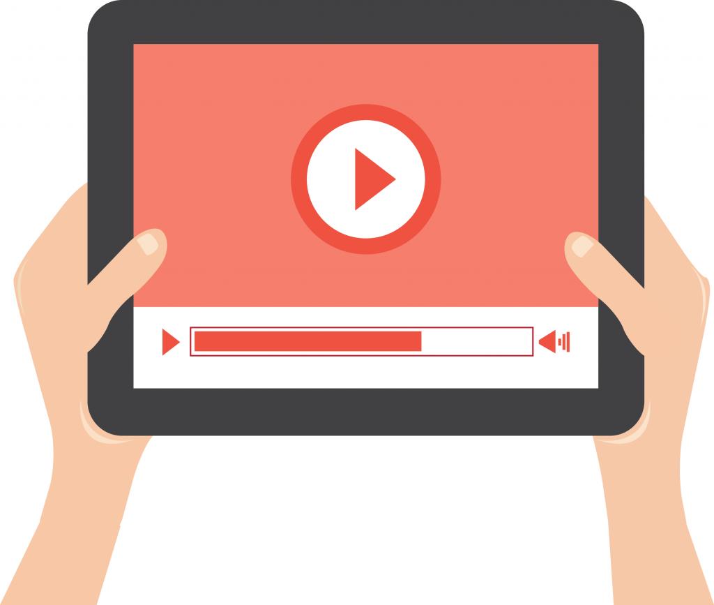 Mãos segurando um tablet que mostra um vídeo em curso.
