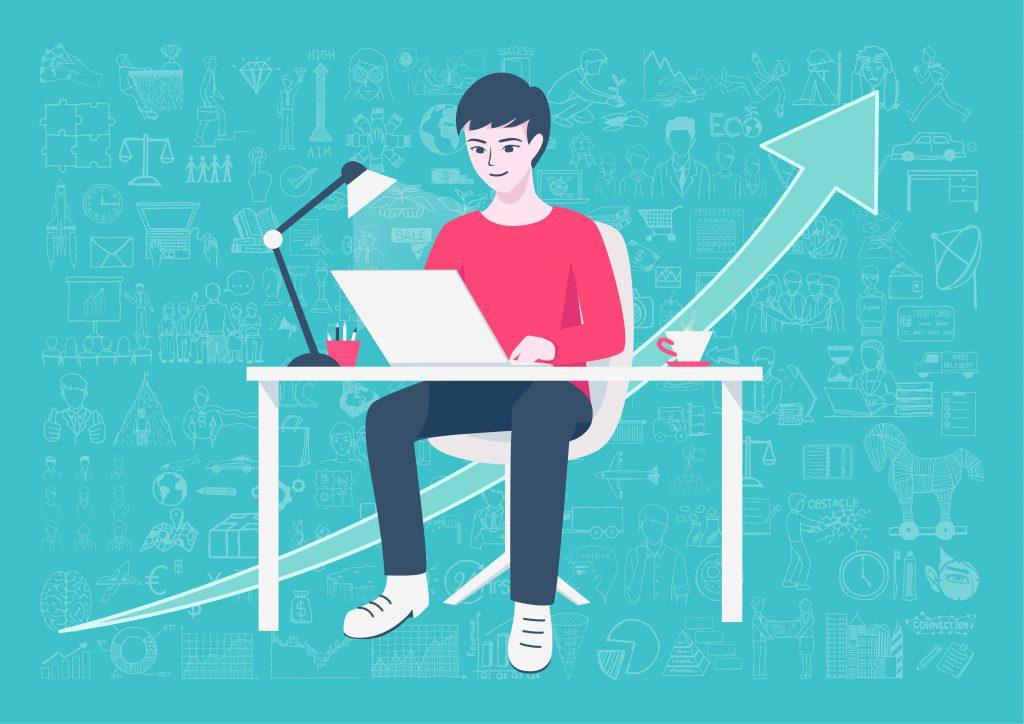 Garoto sentado mexendo em um computador sobre a mesa. Atrás dele há uma seta ascendente indicando que ele está evoluindo nos estudos.