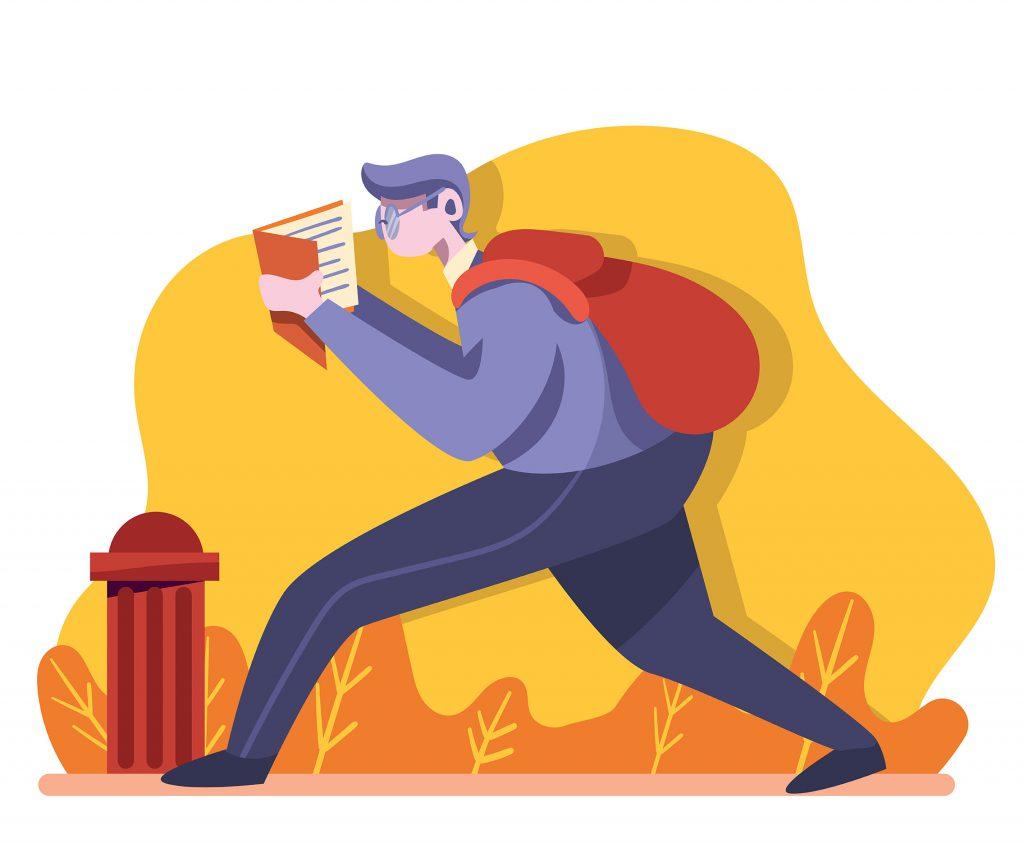 Garoto de óculos com mochila nas costas caminhando e lendo um livro.